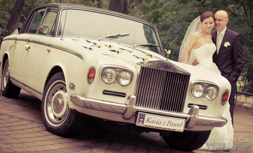 fotografia ślubna - bochnia - młodzi przed kościołem